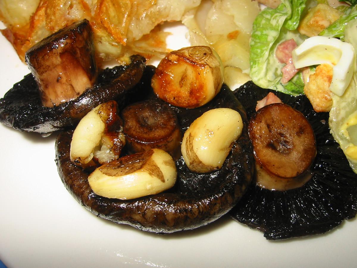 Baked mushrooms and garlic
