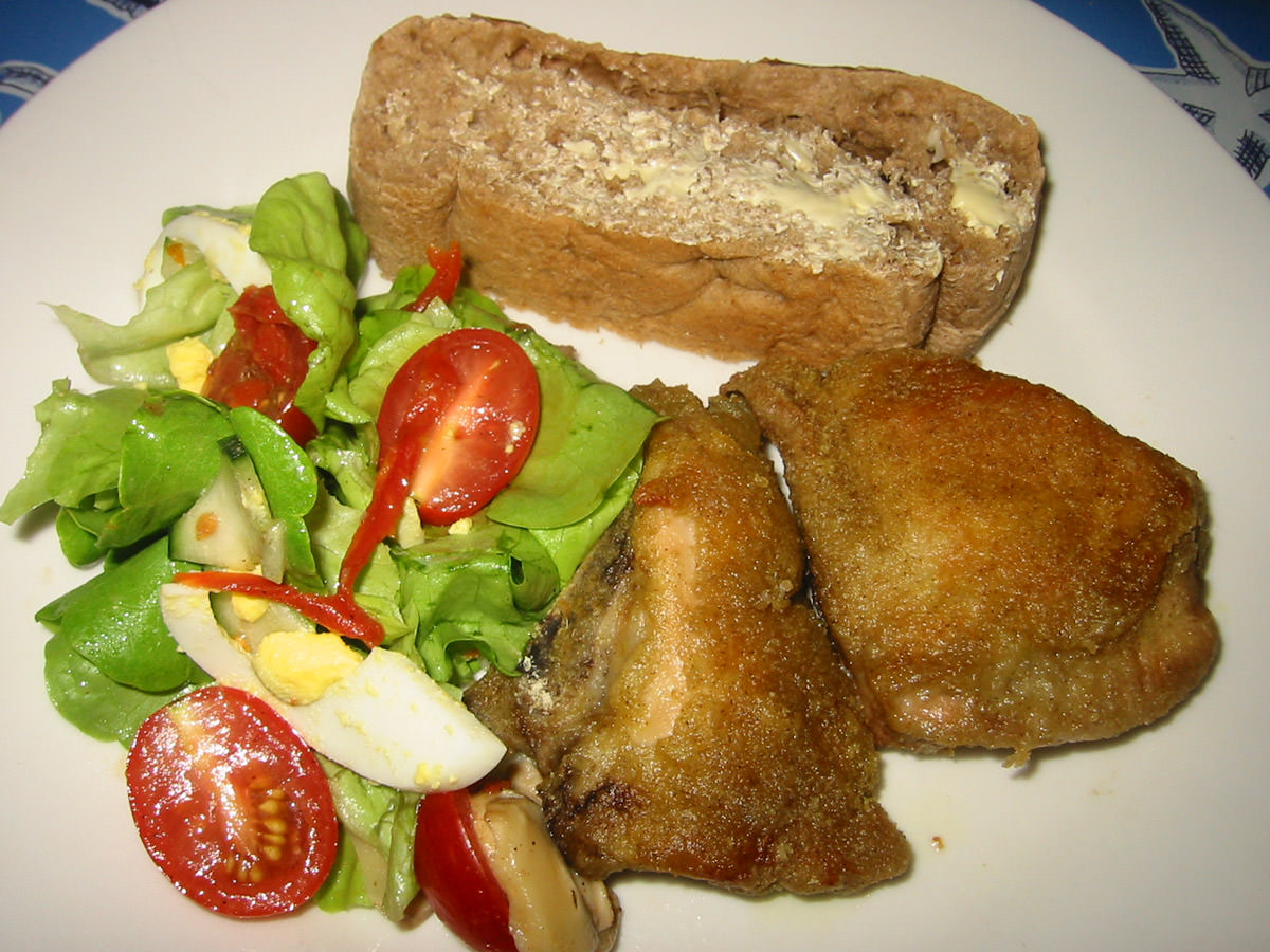 Ovenfried chicken, salad and bread