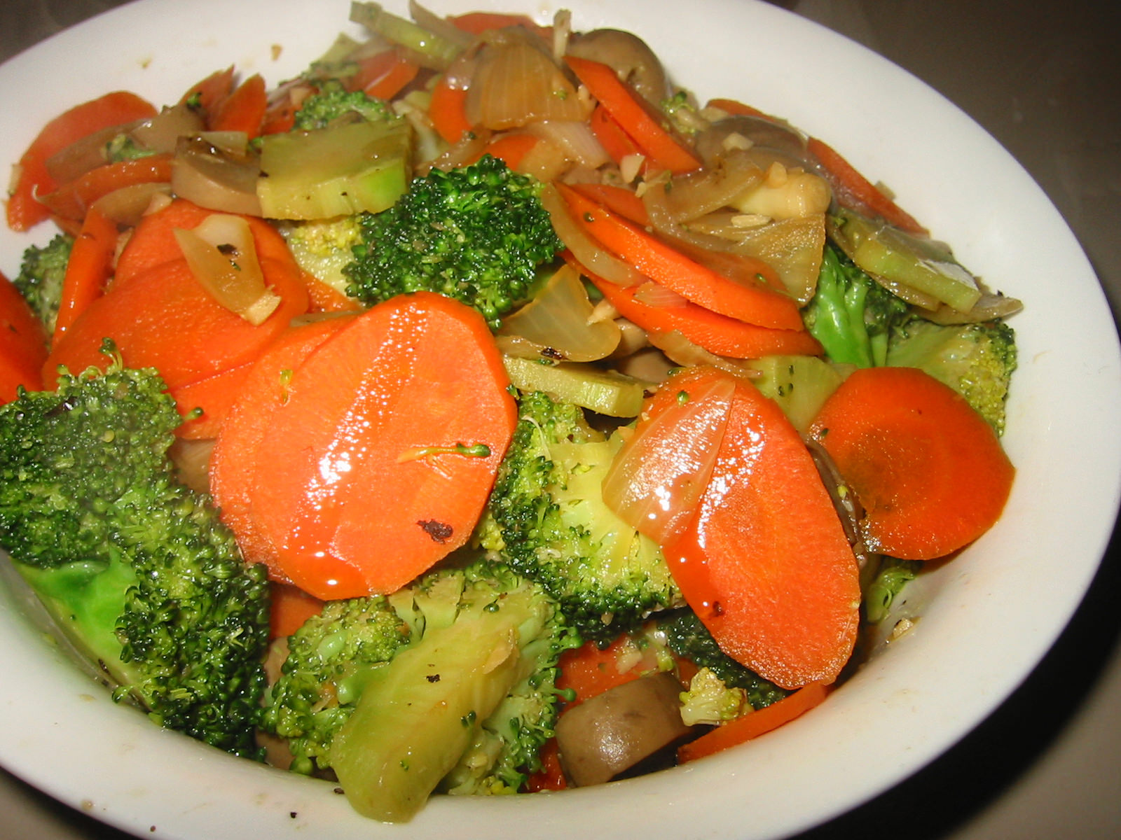Stir fried broccoli, carrot and champignon