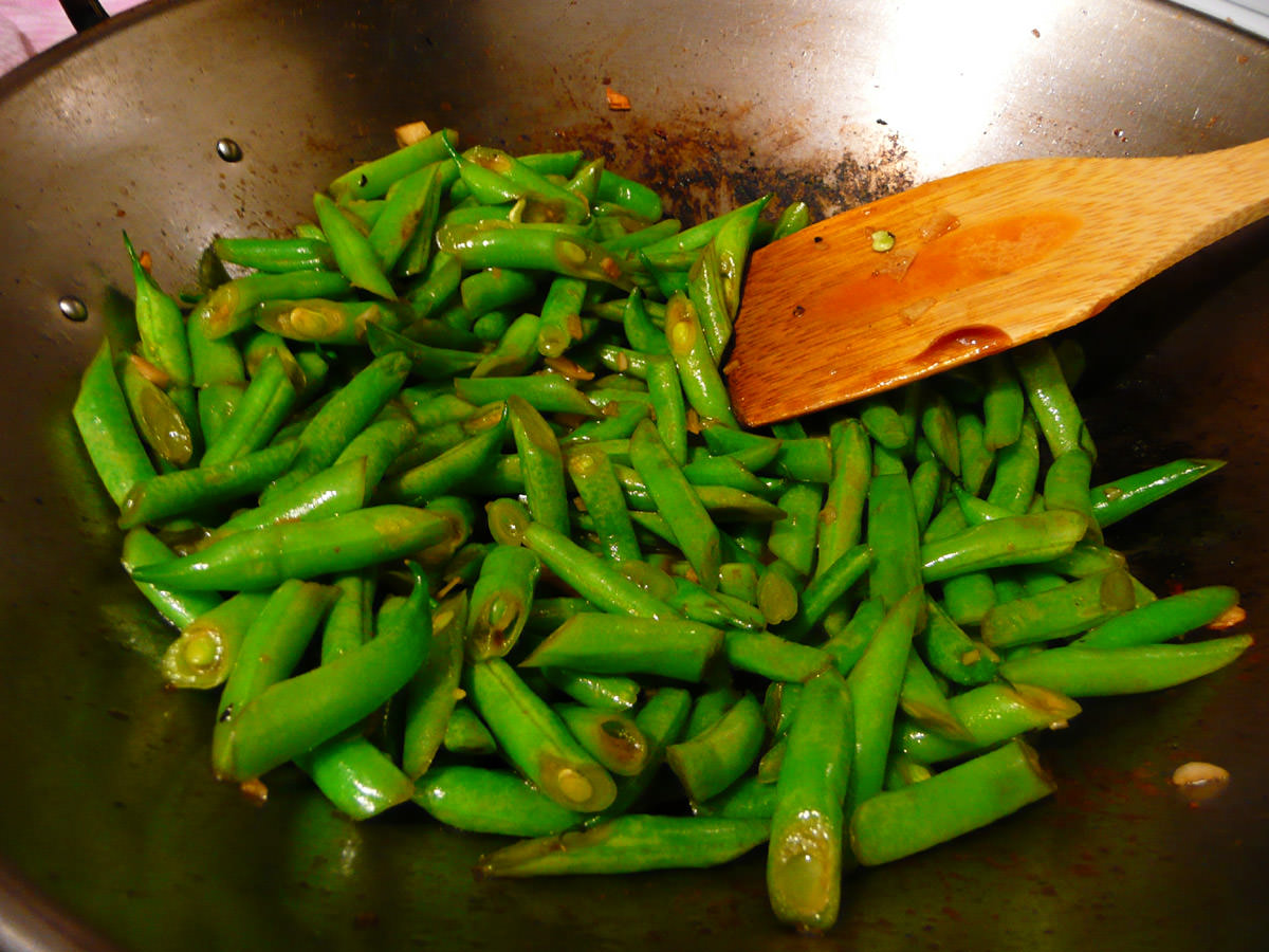 Stirfried green beans in the wok