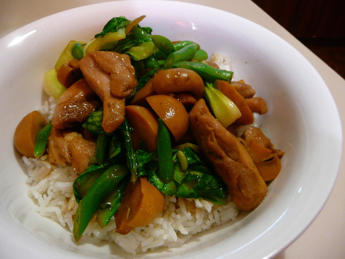 Stir-fried chicken, champignons, bok choy and green beans