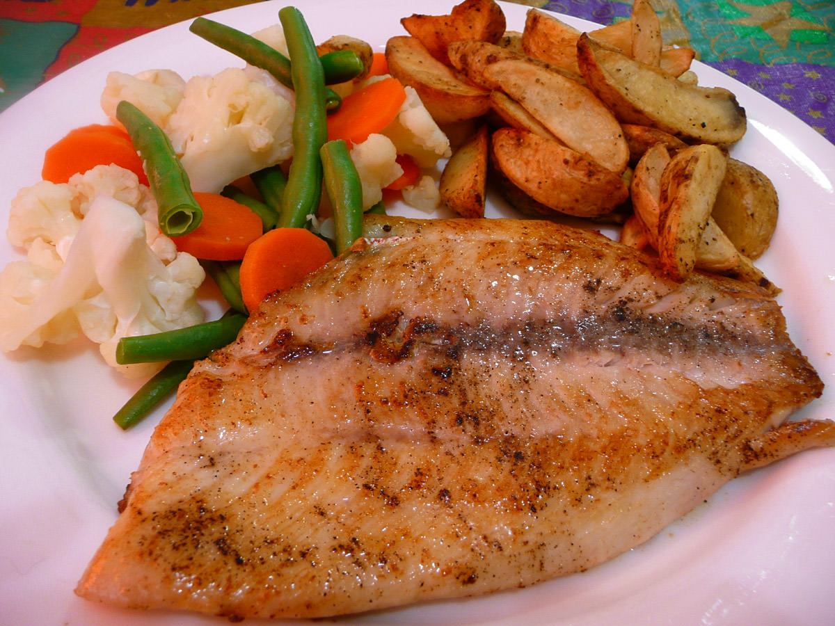 Crimson snapper fillet with steamed vegetables and ovenbaked potato wedges