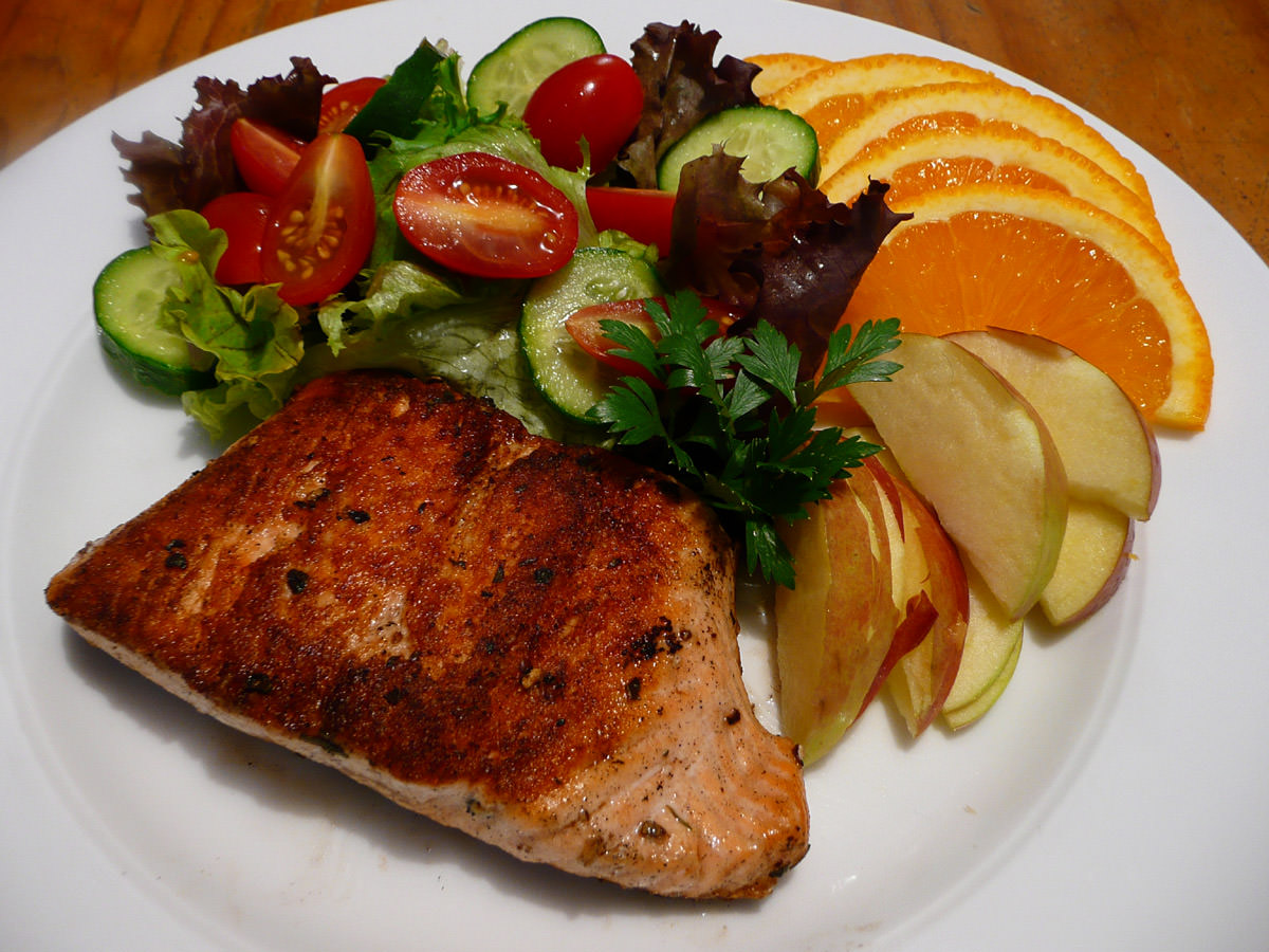 Crispy panfried salmon with salad and fruit