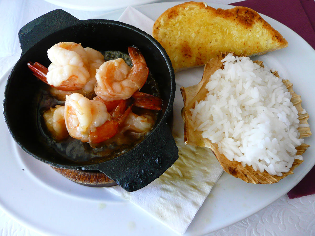 Sizzling hot pot of garlic and chilli prawns