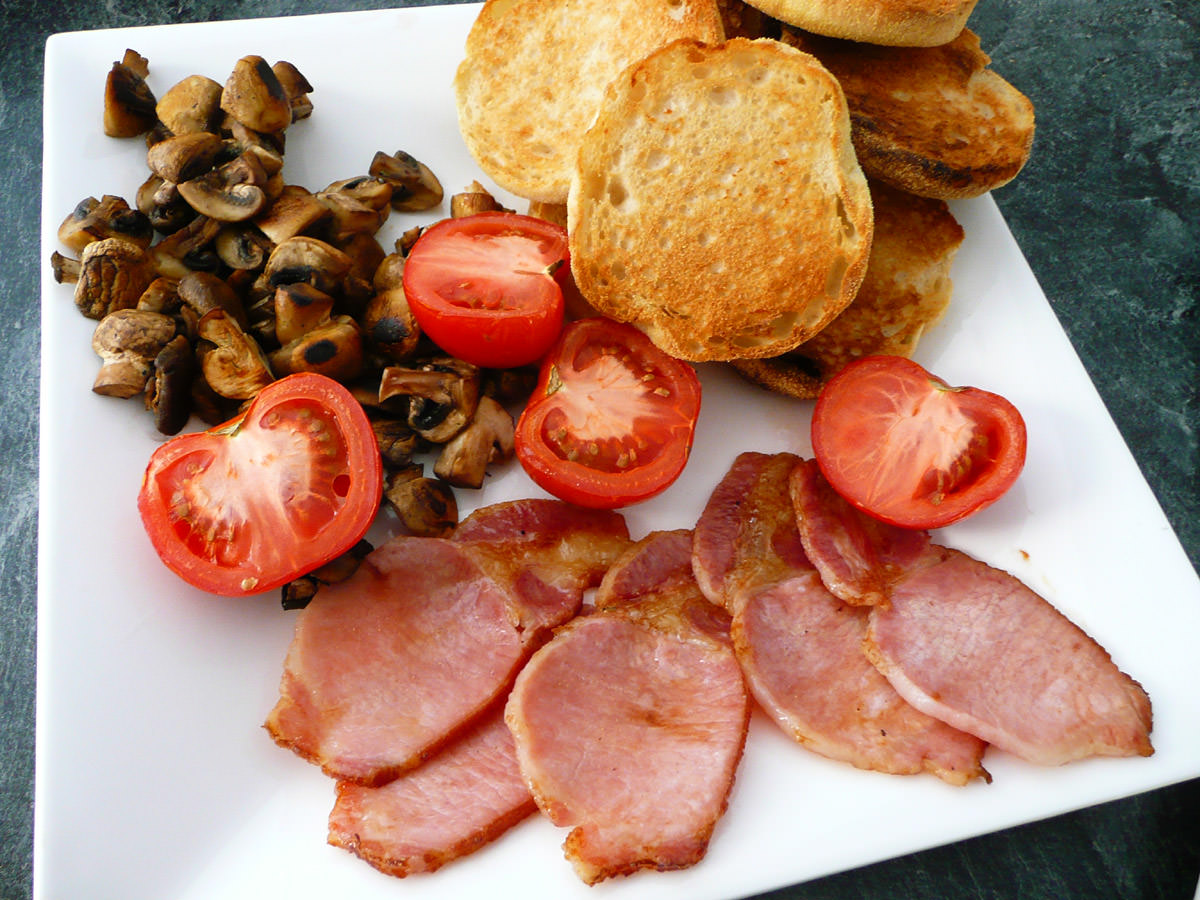 Bacon, tomatoes, mushrooms and toasted muffins