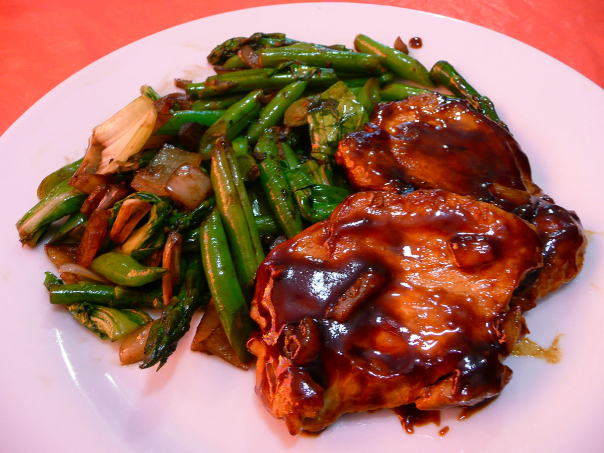 Oriental pork chops with oyster sauce green beans