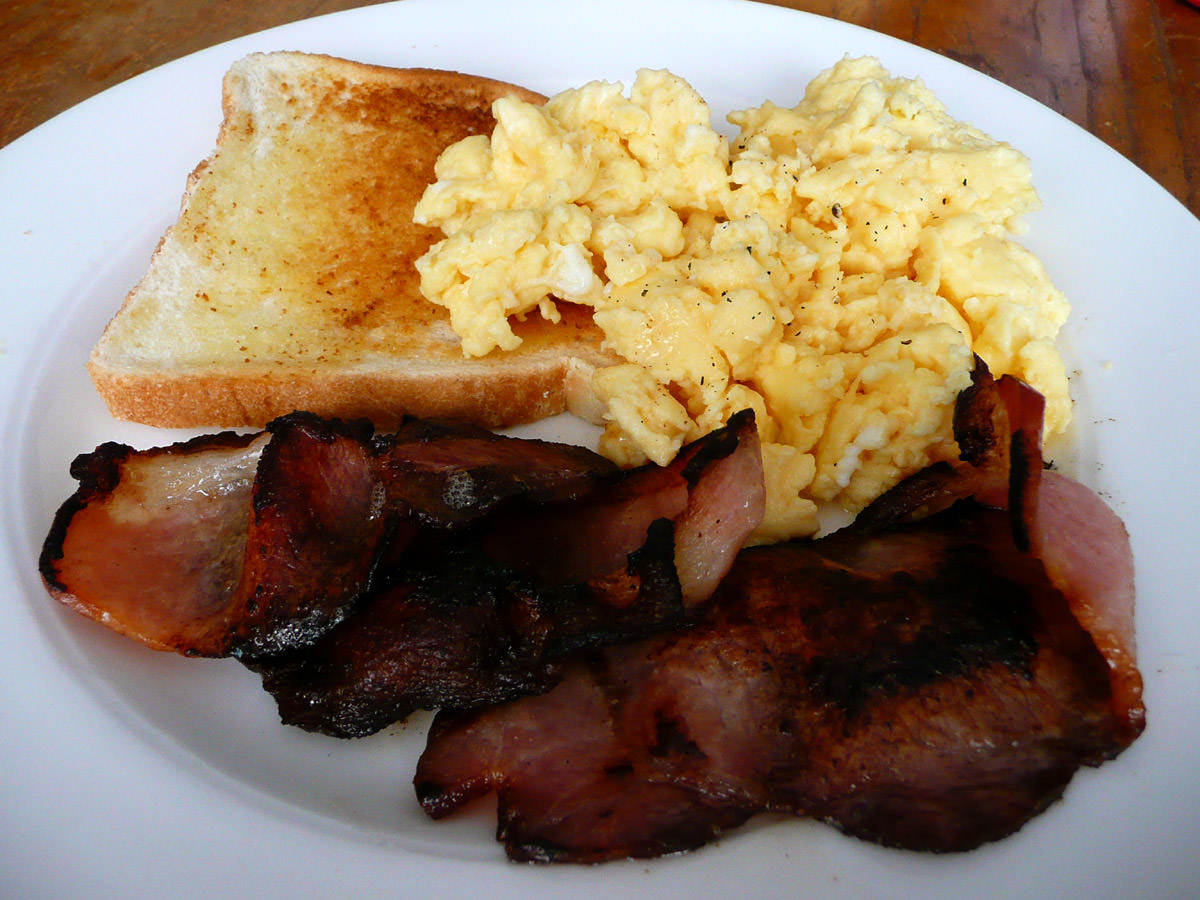 Bacon, scrambled eggs and toast