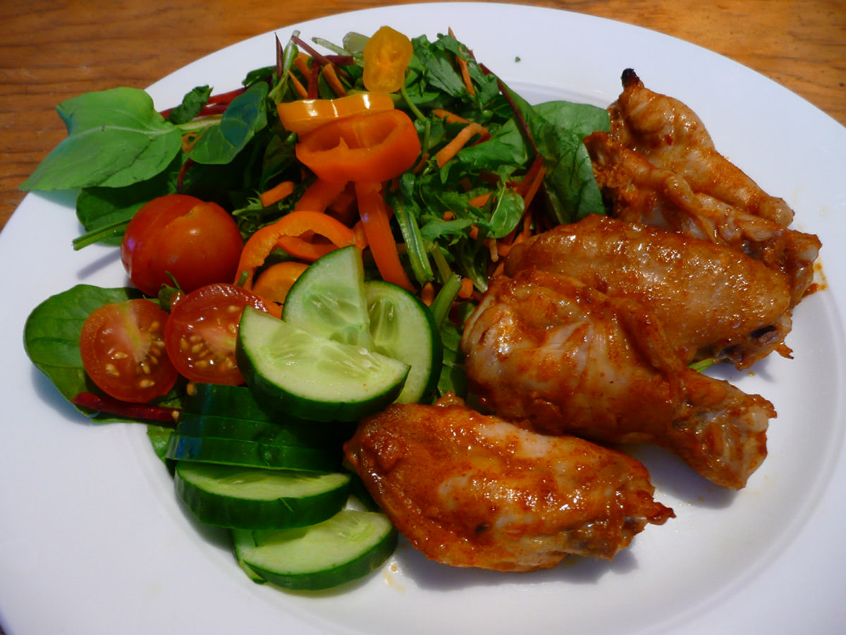 Spicy chicken wings with salad