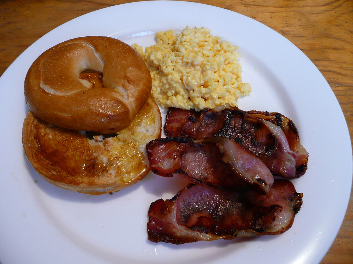 Bacon, scrambled eggs and bagel