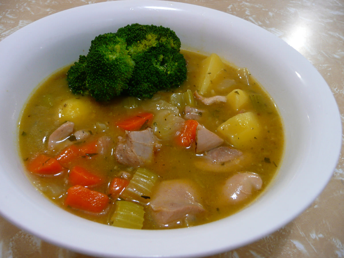 Chicken stew with steamed broccoli
