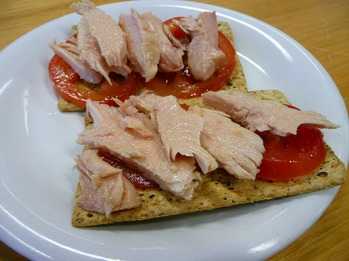 Tuna, tomato and crackers