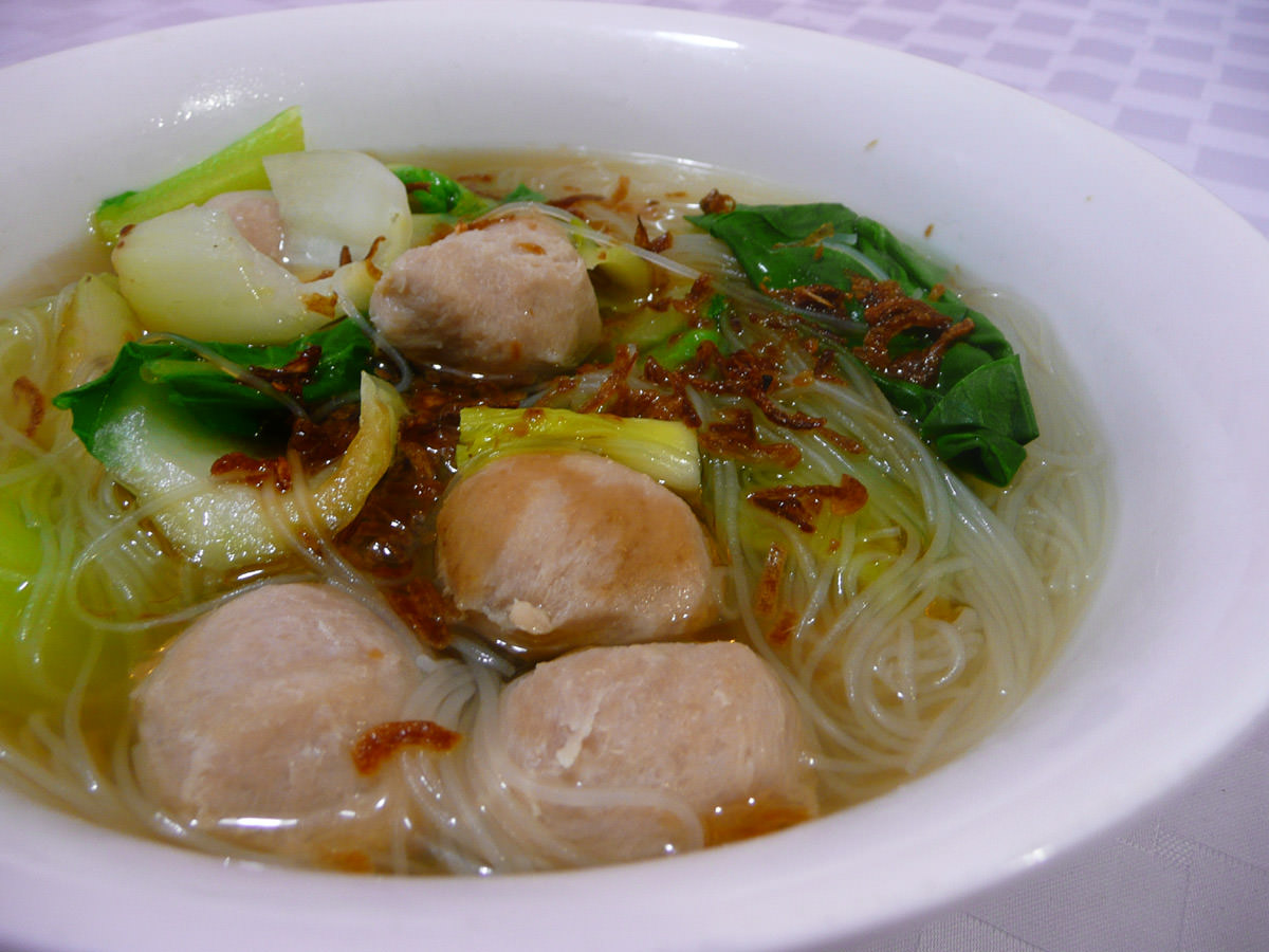 Rice noodle soup with pork balls and bok choy