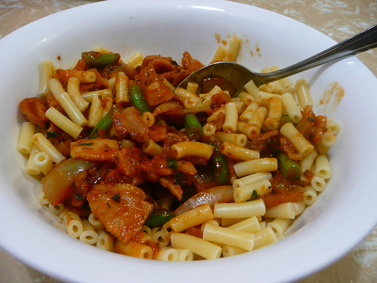 Macaroni with chilli and bacon tomato sauce - stirred up