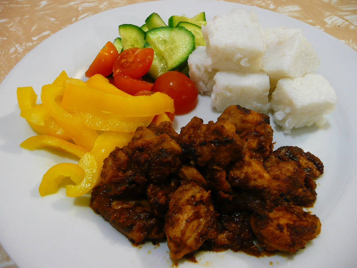 Satay-flavoured chicken with vegetables and instant ketupat