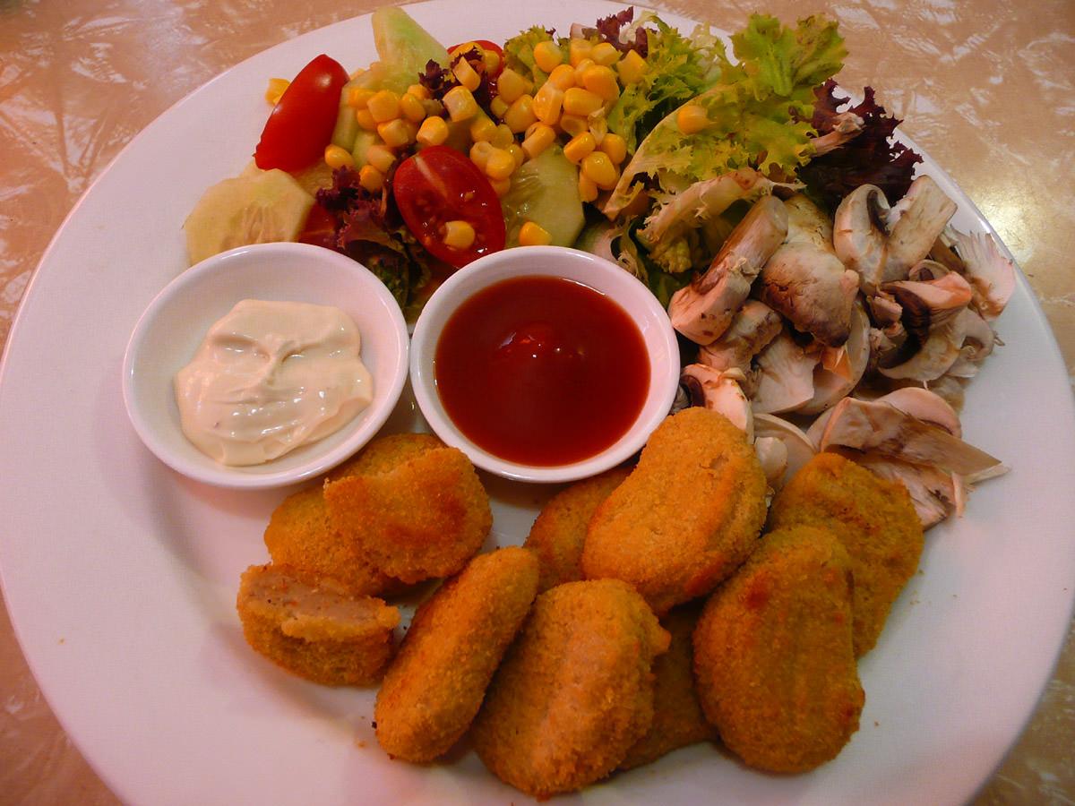 Chicken nuggets, salad, tomato sauce and aioli