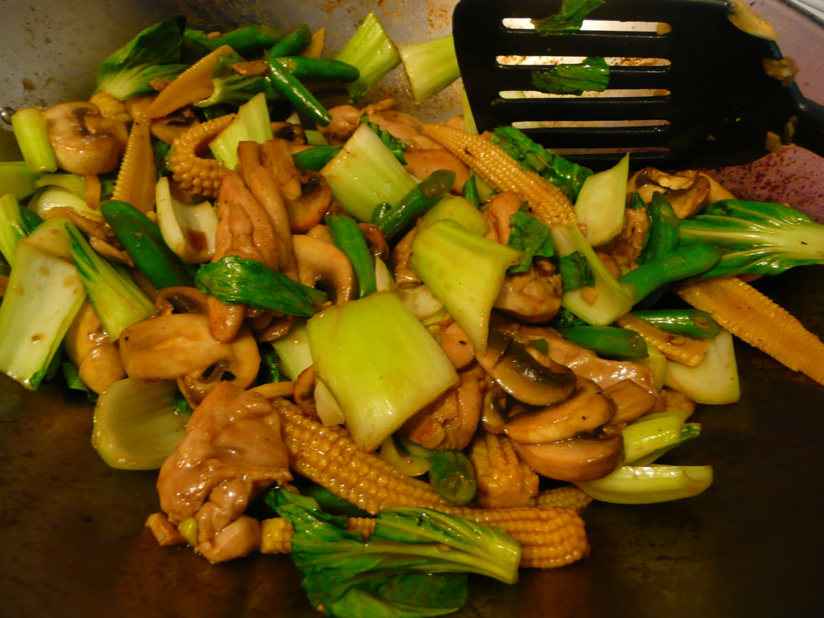 Stir-fry with chicken, green vegetables, mushroom and baby corn