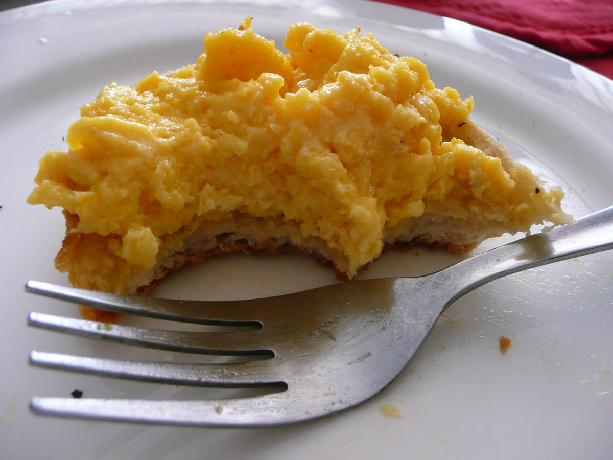 Scrambled eggs with toasted English muffin