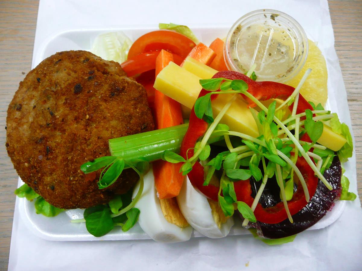 Big tuna pattie with salad