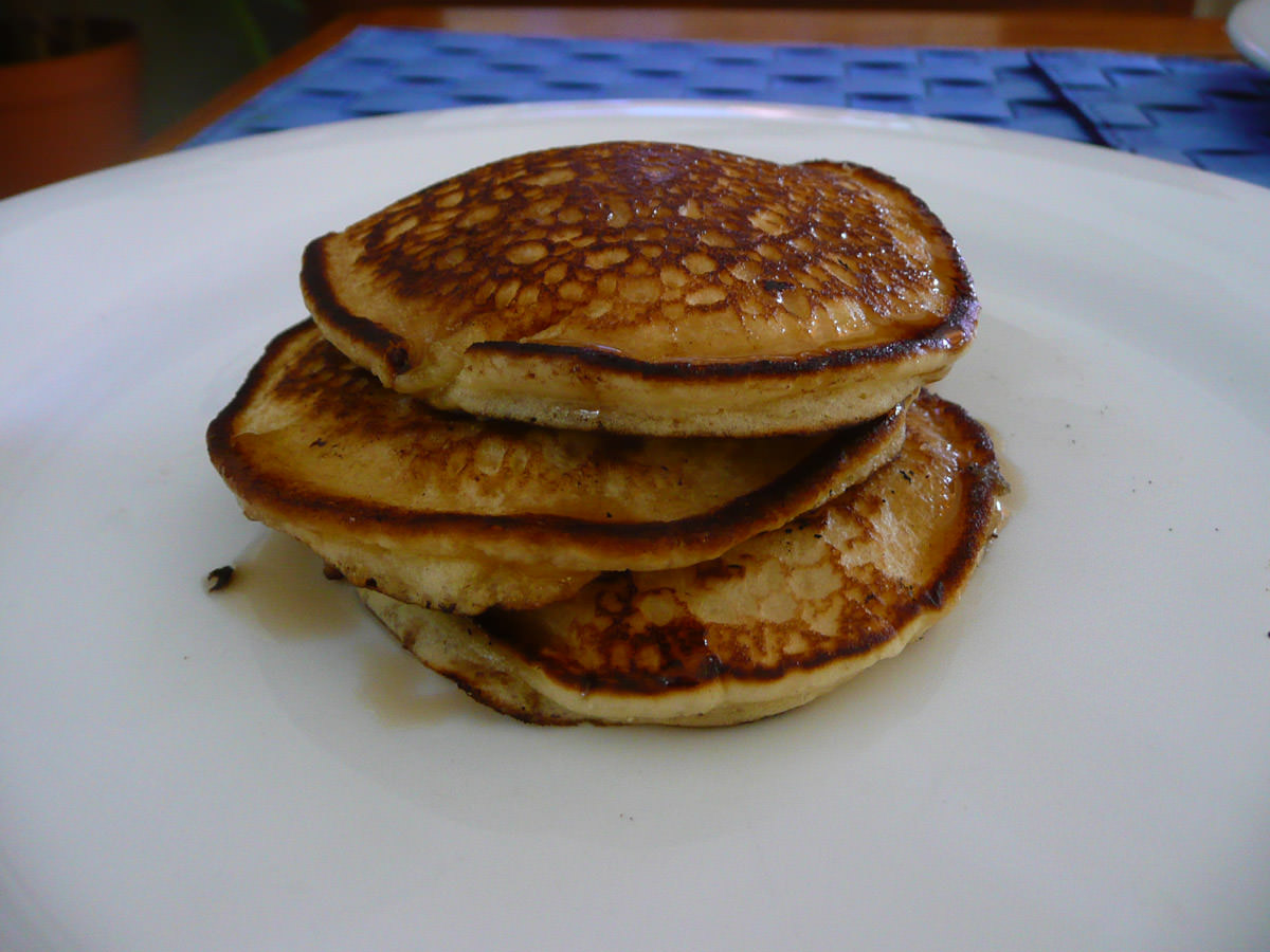 Pikelets with maple syrup