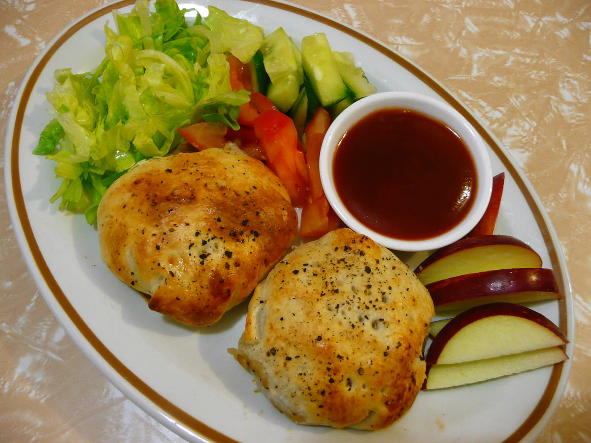 Minchee puffs with salad, apple and tomato sauce