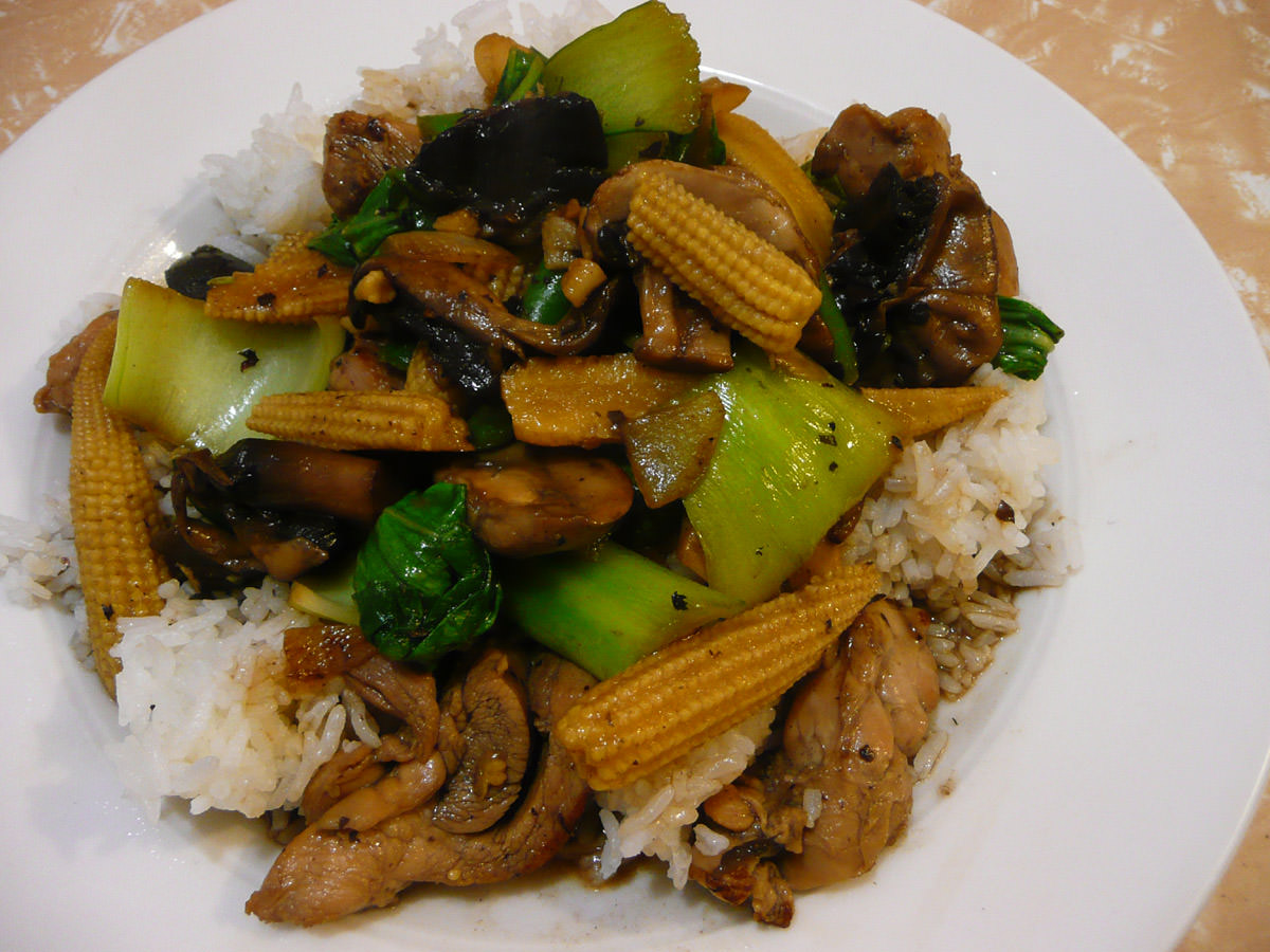 Stir-fried chicken and vegetables with rice