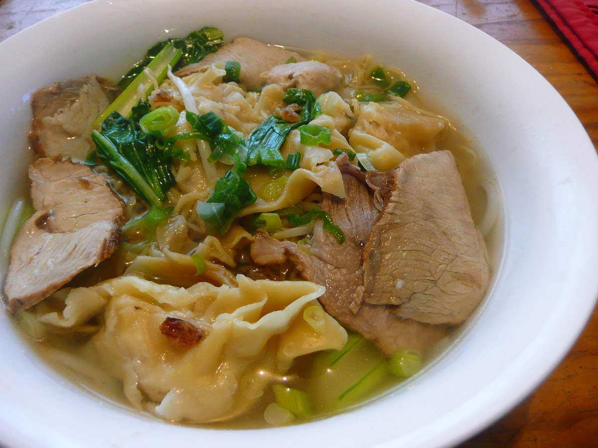 Noodle soup with pork and wantans