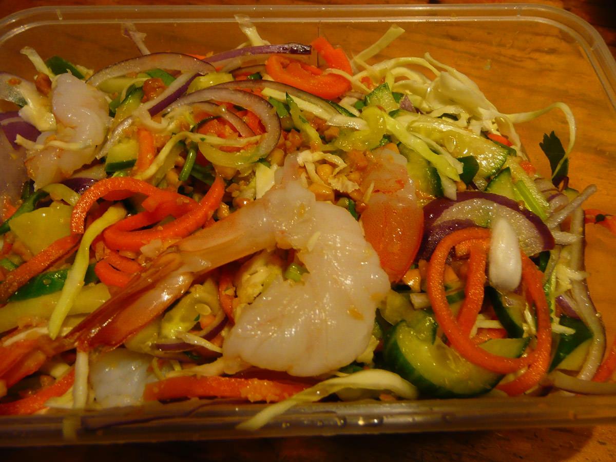Mild salad with prawns