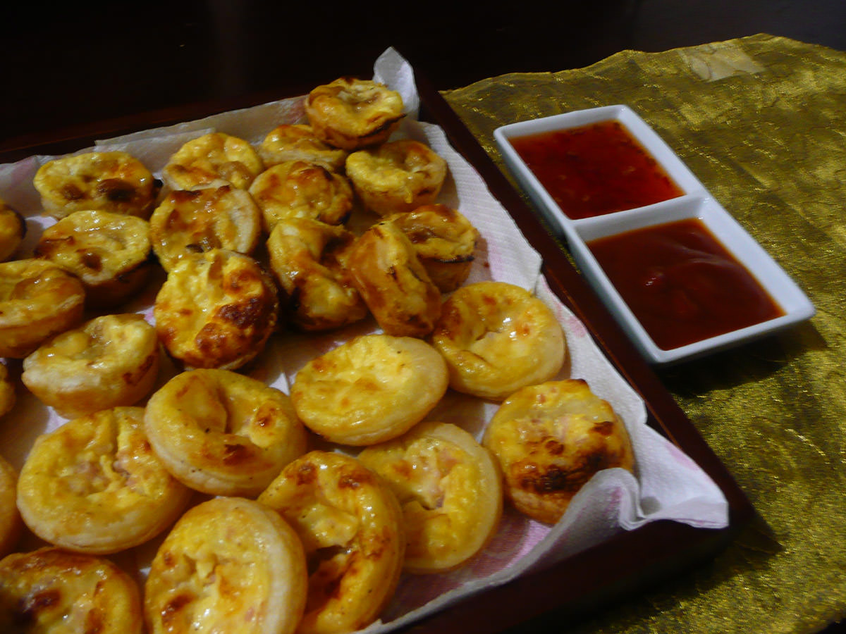 Mini quiches with tomato sauce and sweet chilli sauce