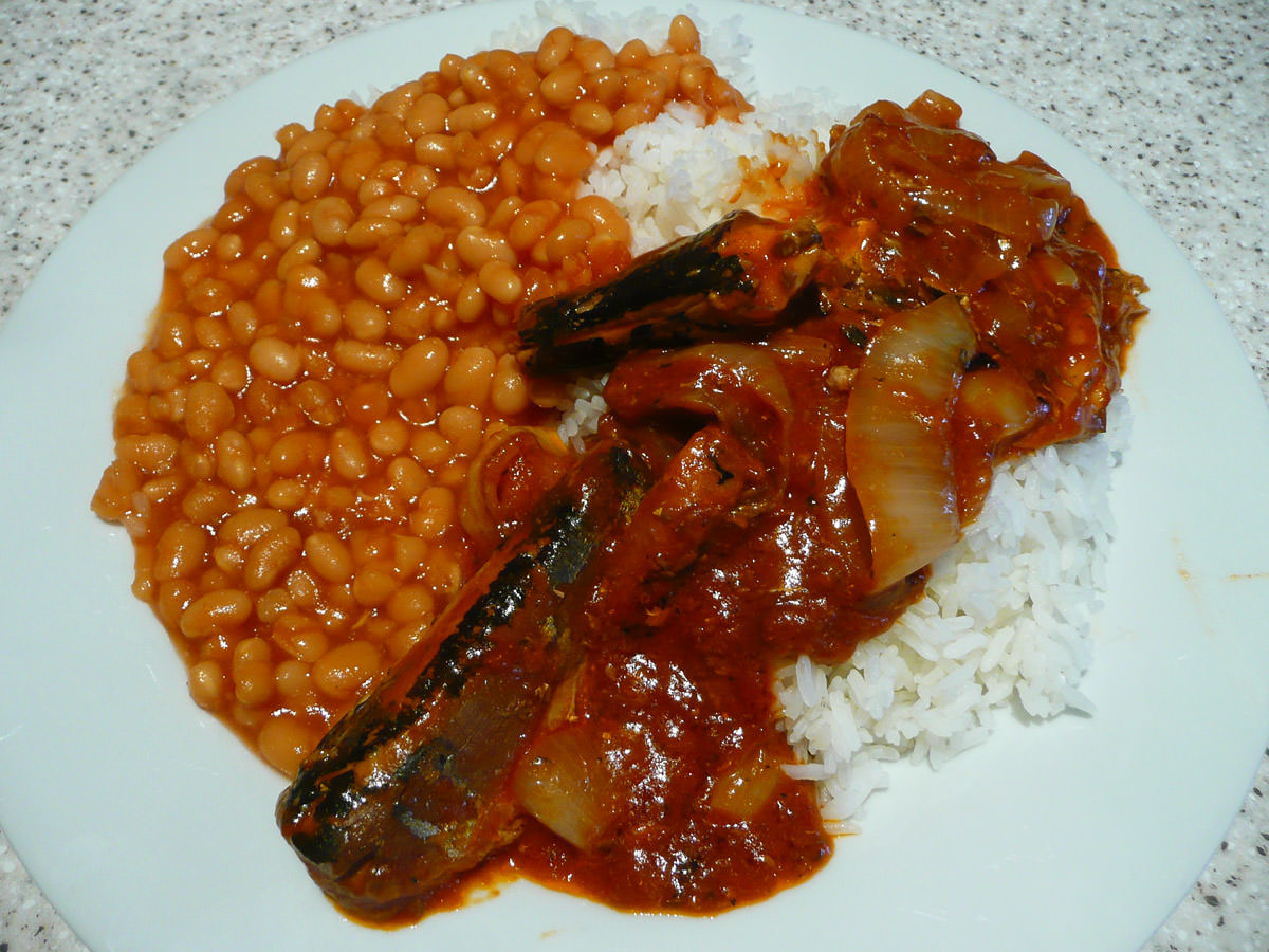 Sardines and onions in tomato sauce with rice and baked beans