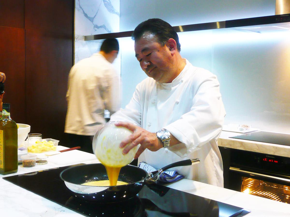 Tetsuya making scrambled eggs
