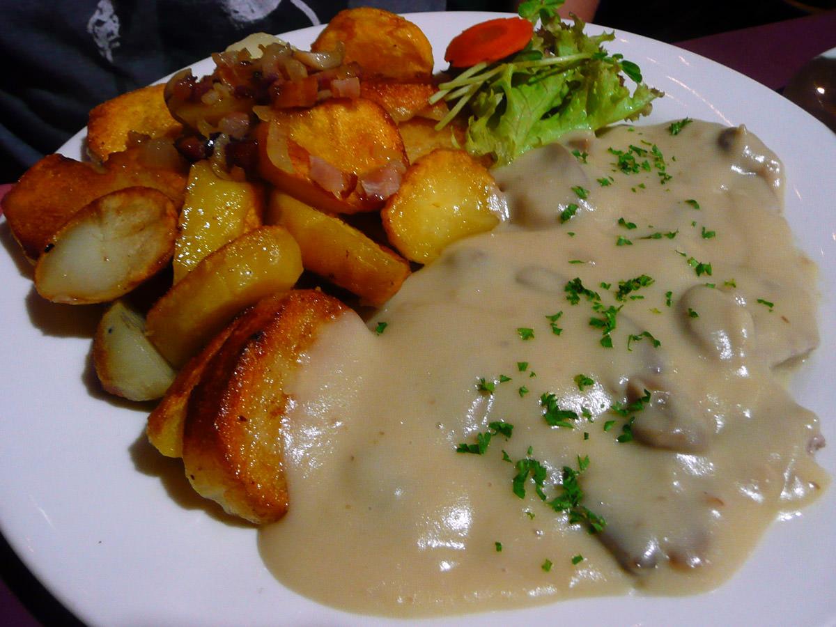 Rahm schnitzel (with creamy mushroom sauce)
