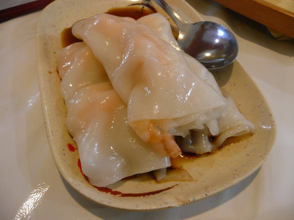 Rice flour roll stuffed with prawns