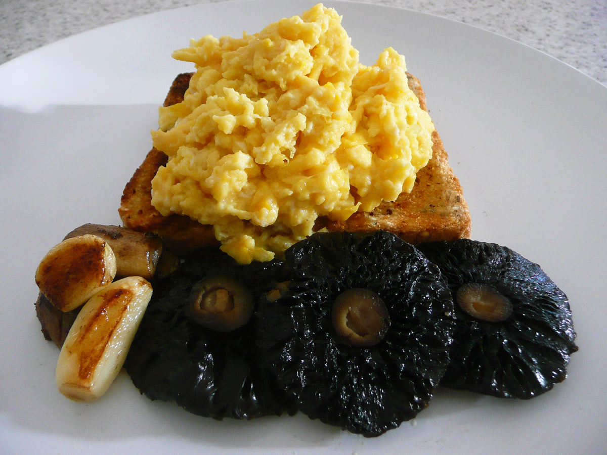 Scrambled eggs on toast, panfried garlic, portabello mushrooms