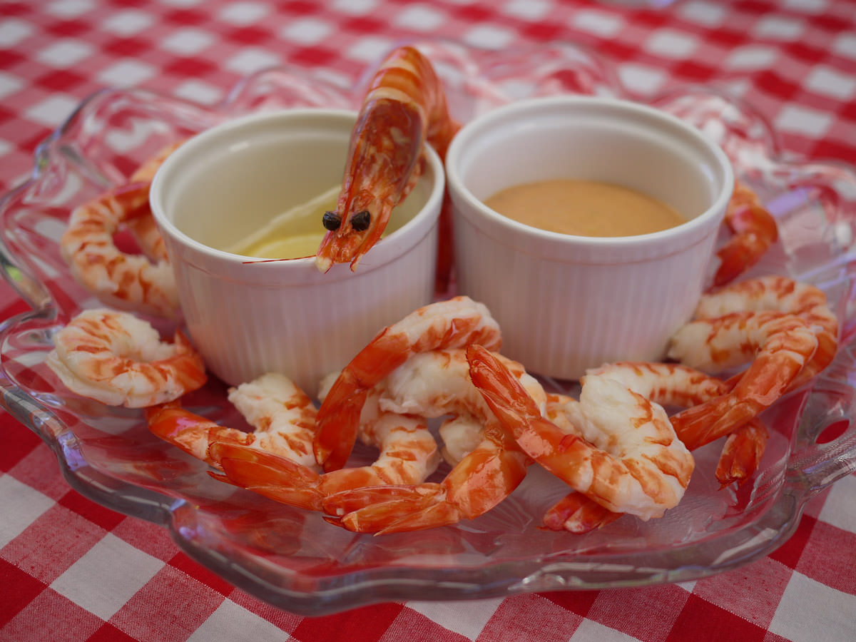 Cold cooked prawns with seafood sauce