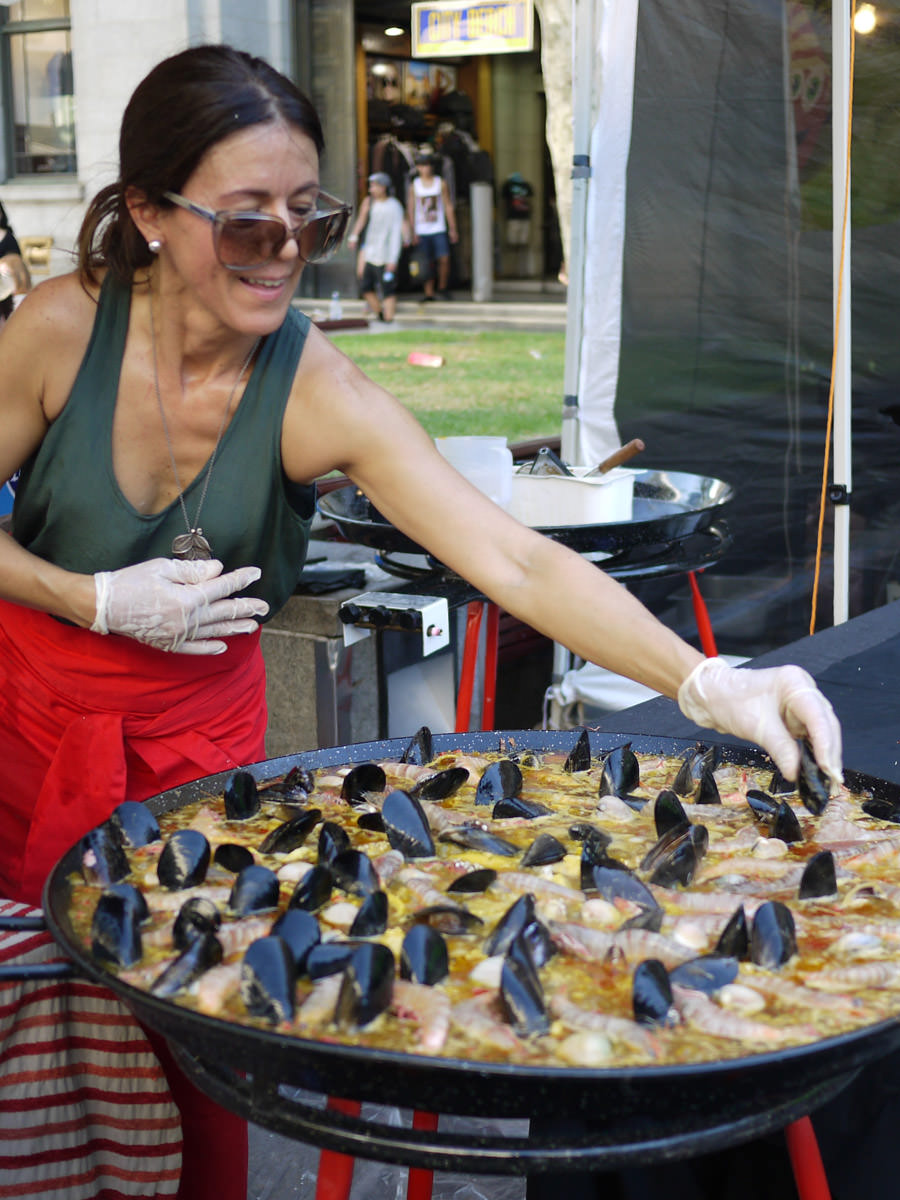 Adding the mussels to the paella