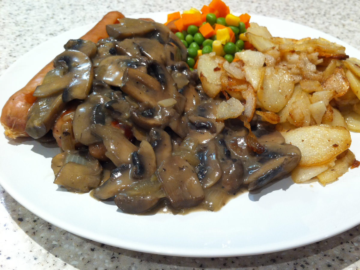 Sausages with mushroom sauce, potatoes and peas, corn and carrot