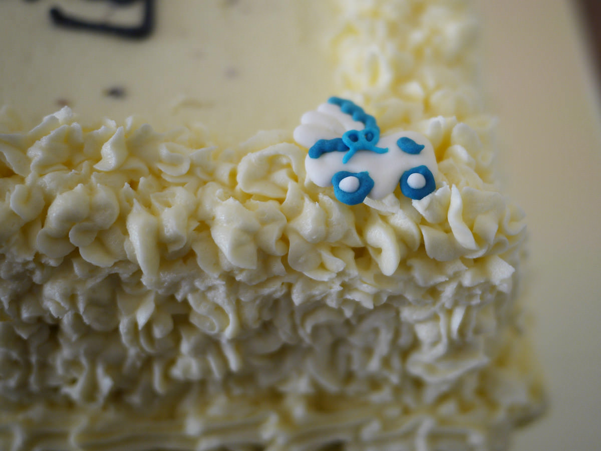 Butter cream icing edge with a little pram