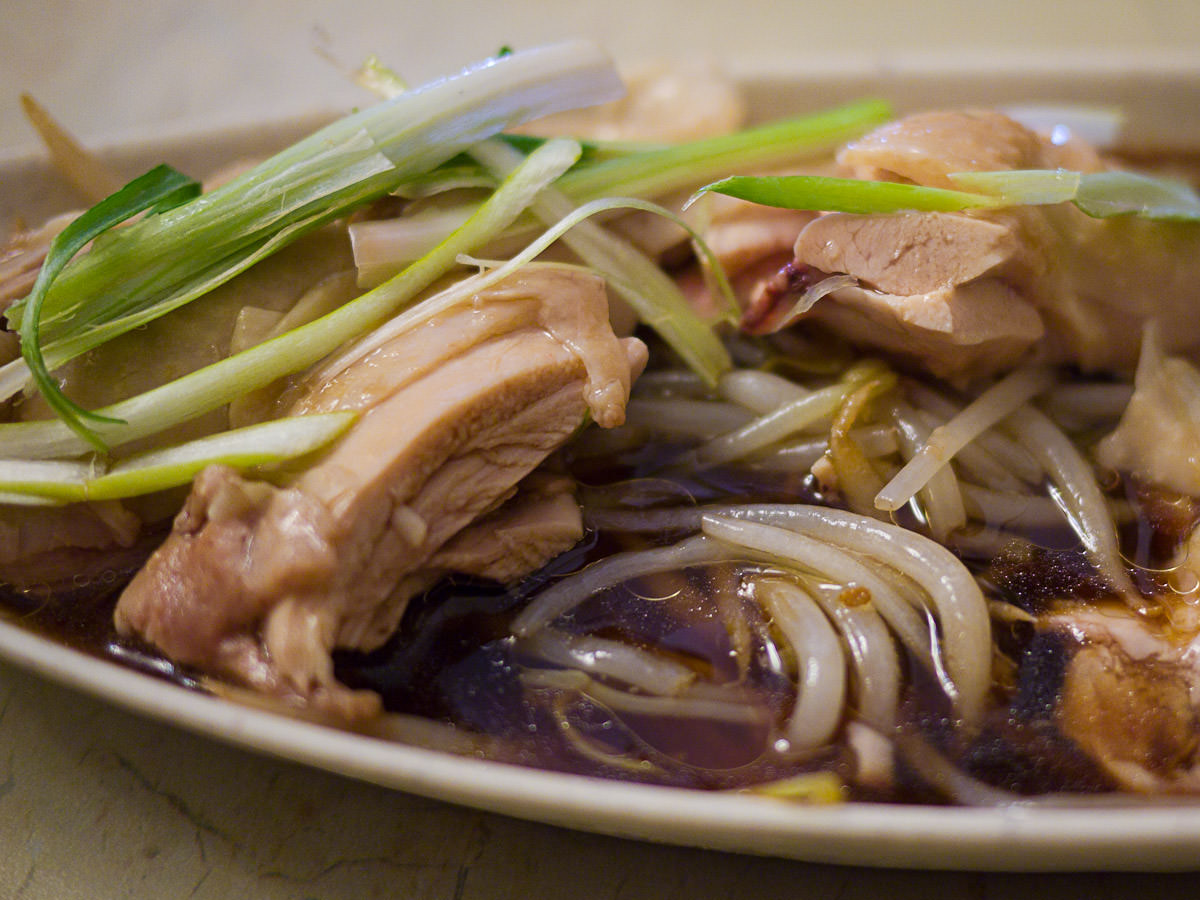 Bean sprouts under the steamed chicken