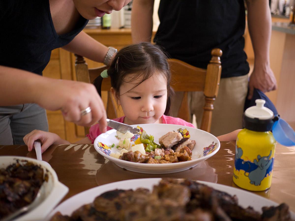 Auntie Juji helps Zoe with her lunch
