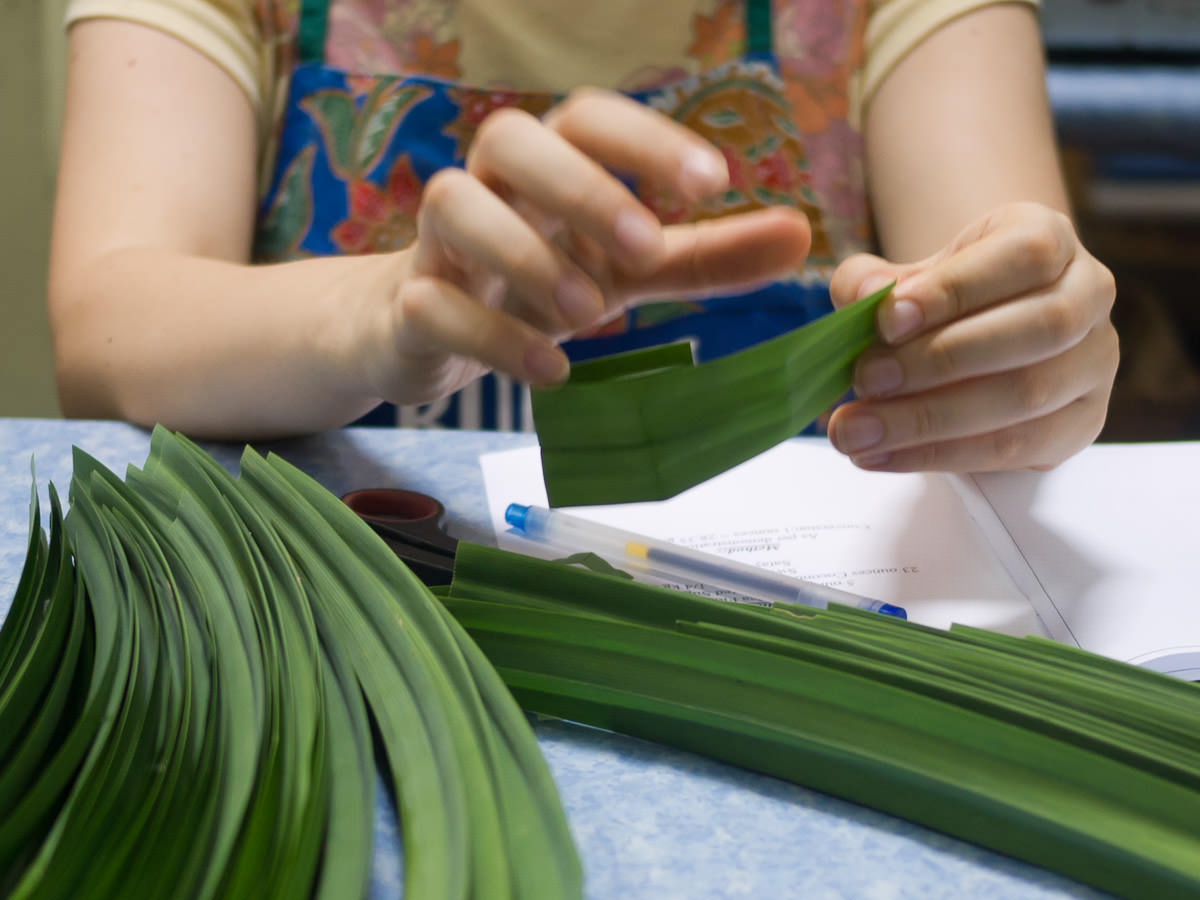 Making pandan baskets for the kuih tako