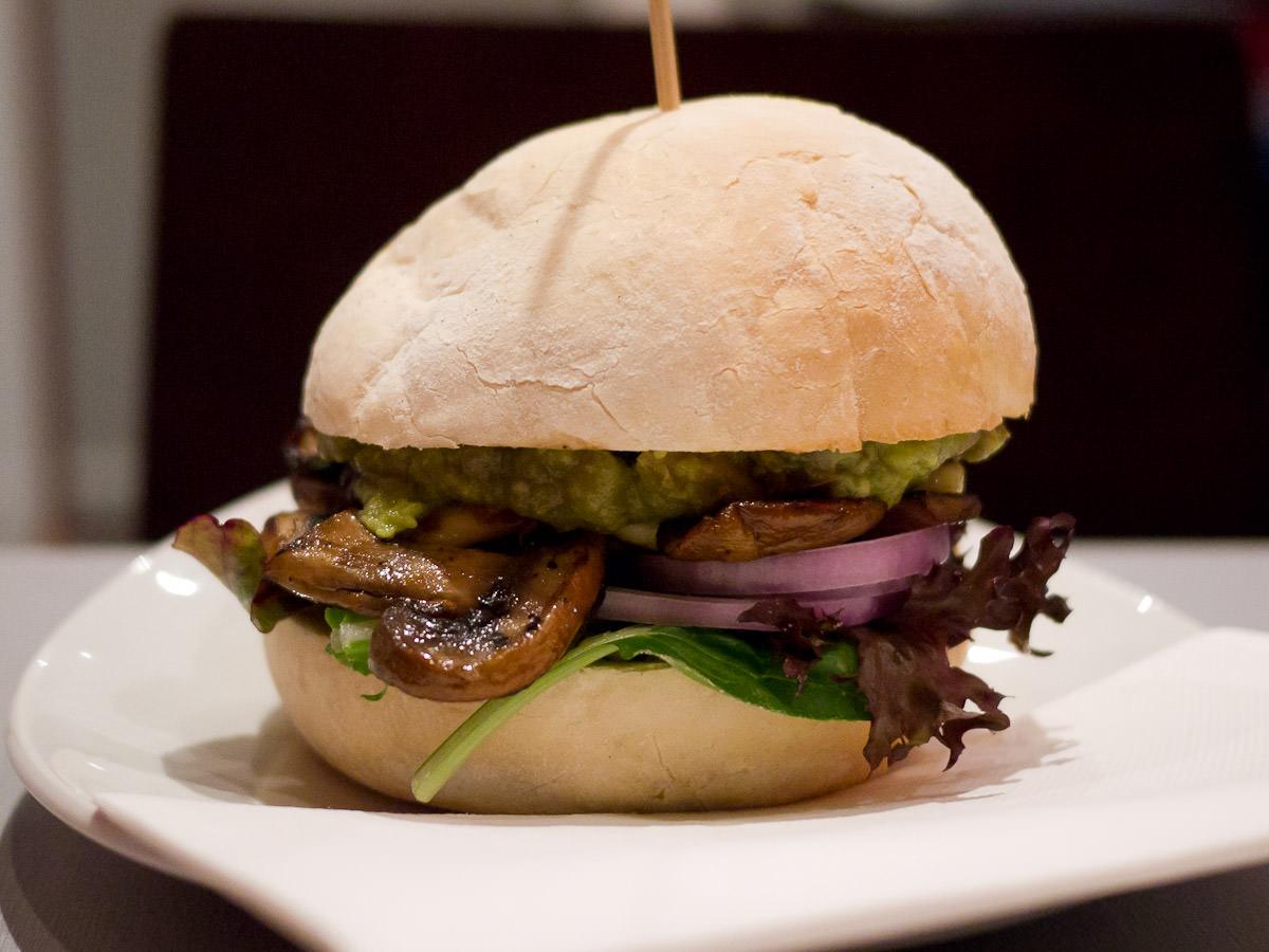 Guacaloumi burger