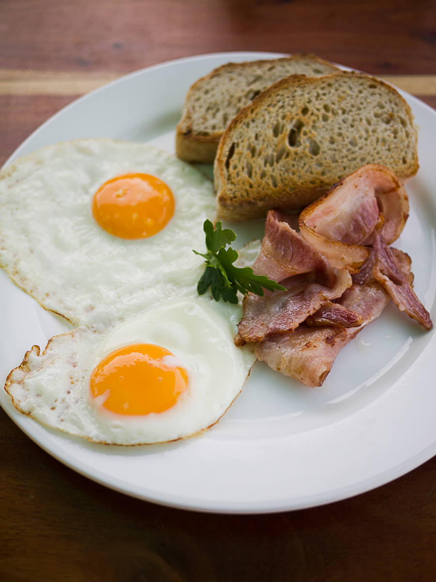 Bacon and fried eggs with toast