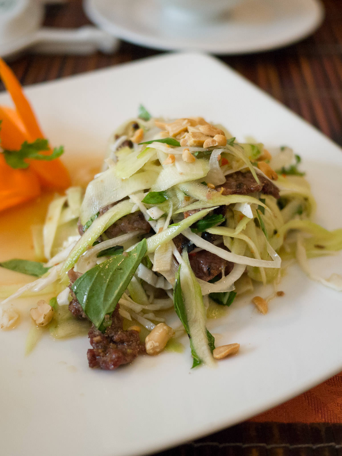 Mango salad with grilled beef