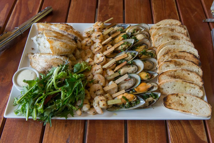 Grilled seafood platter: snapper, prawns, mussels and crispbread