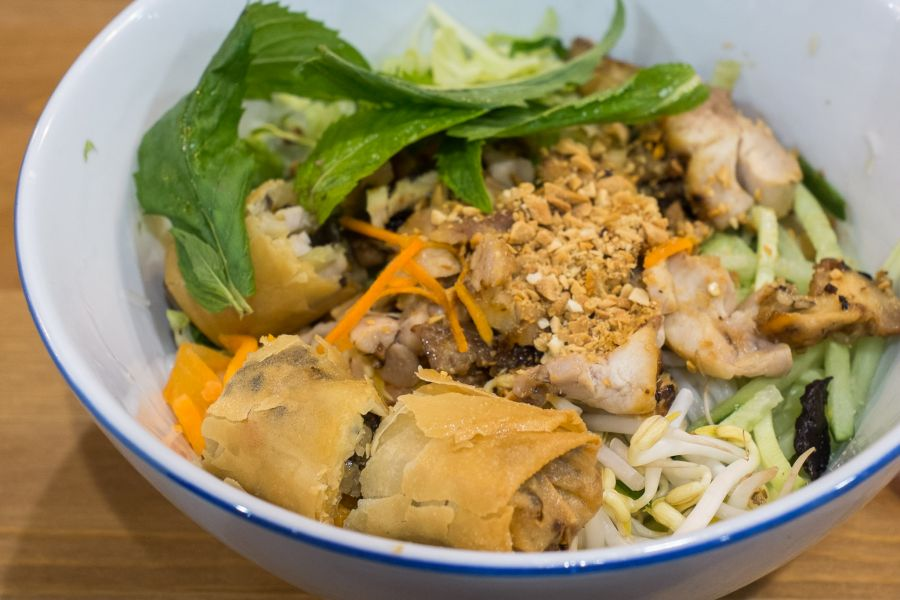 Rice vermicelli with frilled chicken and spring rolls