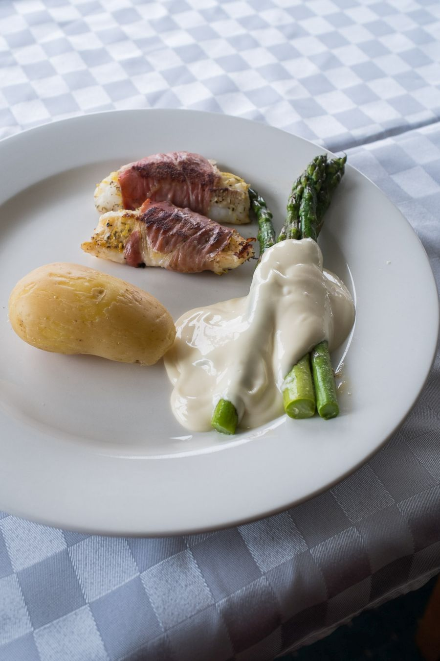Prosciutto-wrapped leather jacket, potato and asparagus