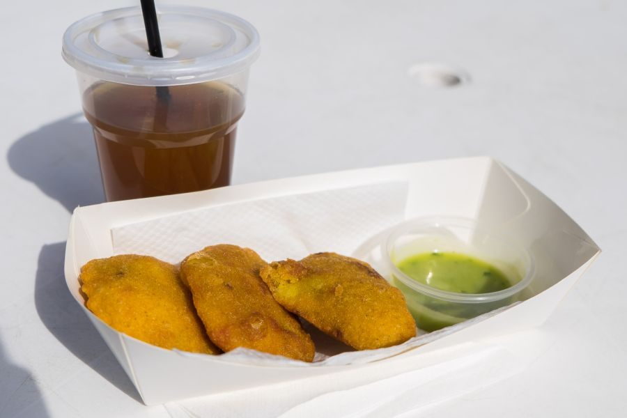 Marcelitas empanadas with guacamole, with Colombian lemonade, made with cane sugar