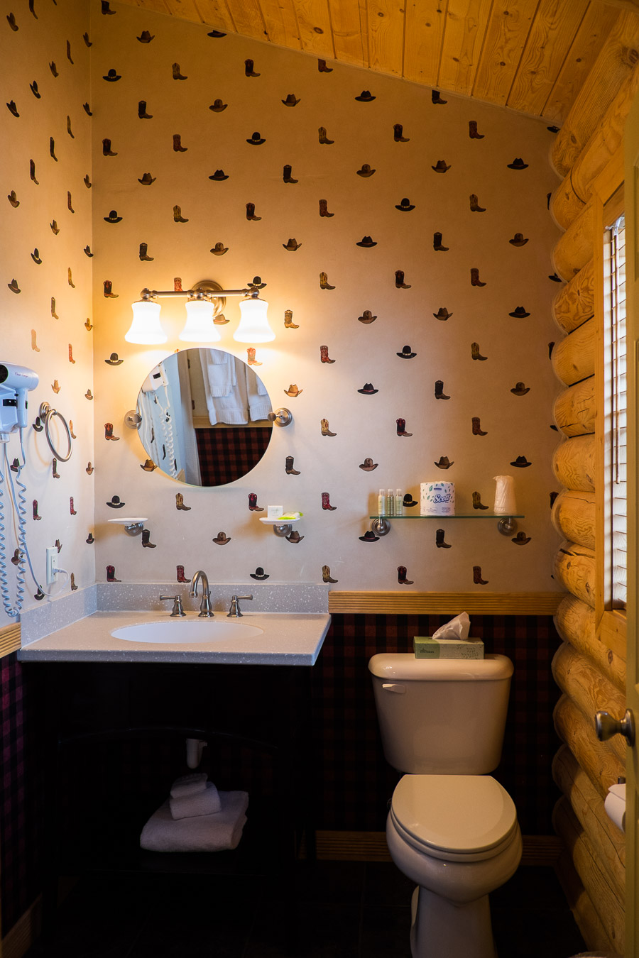 Loved the cowboy boot wallpaper!